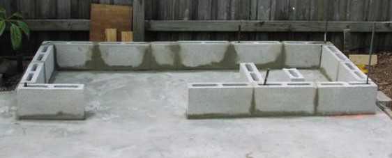 Кладка первого ряда сплит блоков барбекю