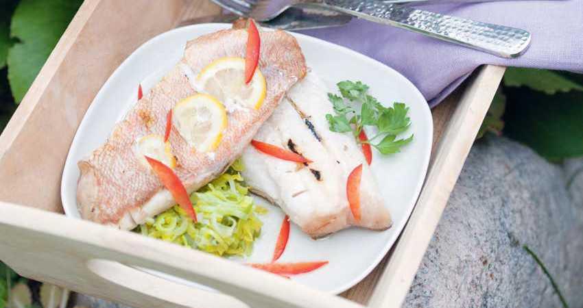 Морской окунь с лимоном на подушке из лука-порея