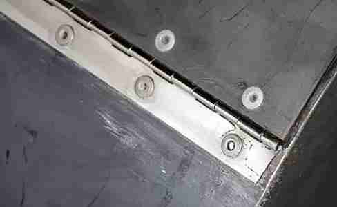 рояльная петля на дверце барбекшницы