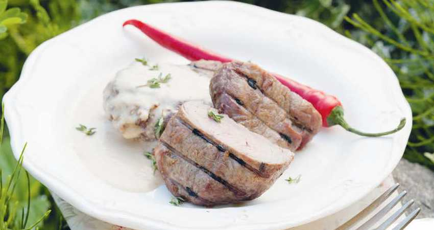 Острый стейк из говядины под соусом с хреном