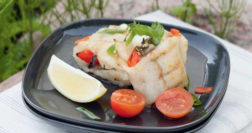 Филе белой рыбы с овощами на углях