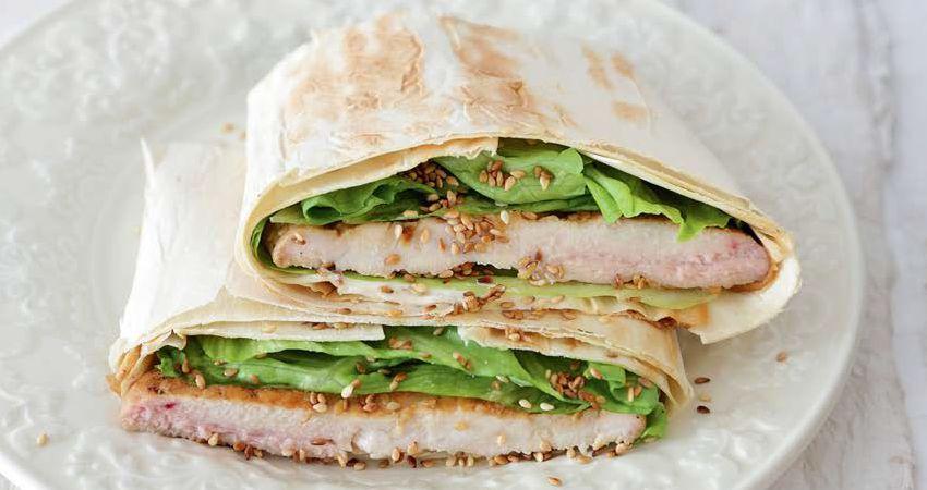 Сэндвич из лаваша с куриной грудкой на гриле