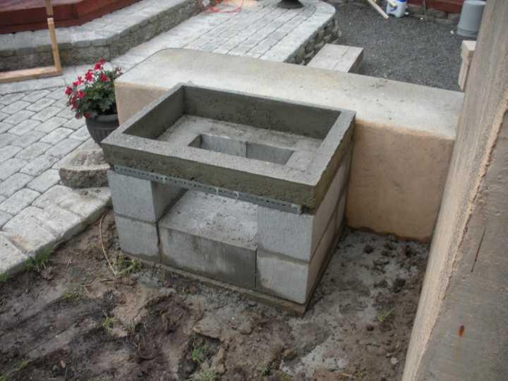 Бетонный бортик мангала из блоков и кирпича