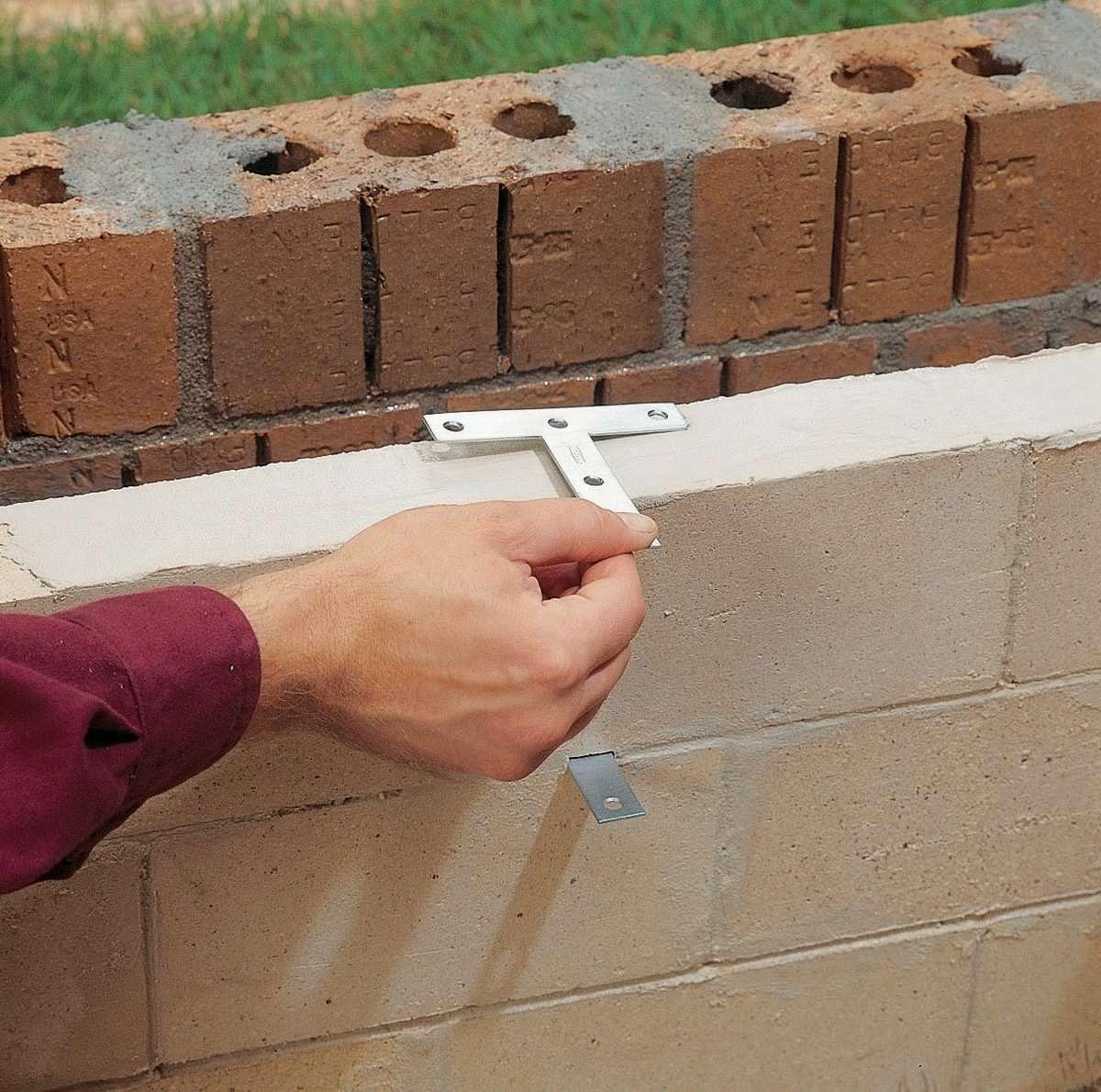 Монтаж крепления решеток мангал-гриль из кирпича