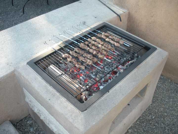 Приготовление шашлыка на каменном мангале