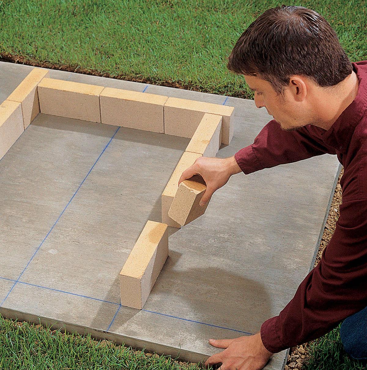 Раскладка на сухую первого ряда внутренней стены мангал-гриль из кирпича