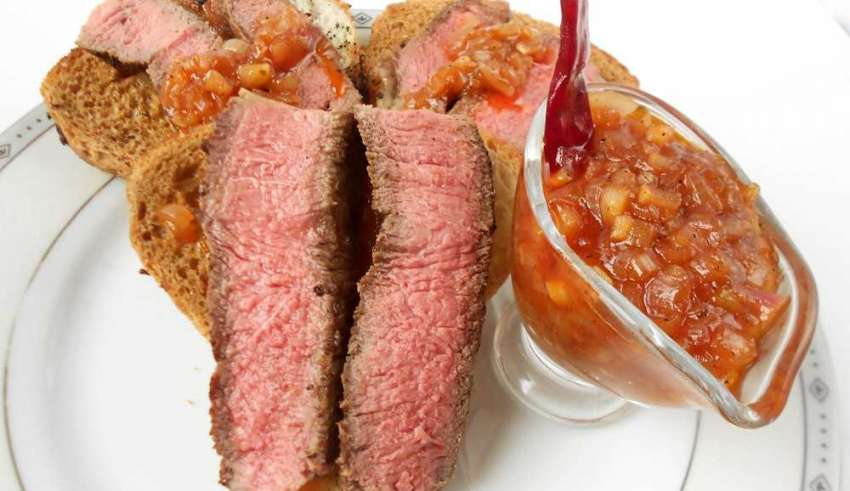 Клаб-стэйк на гренках с соусом барбекю
