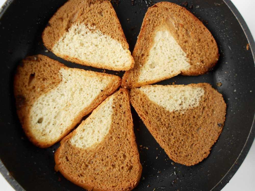Обжарка ломтиков хлеба для клаб-стэйка