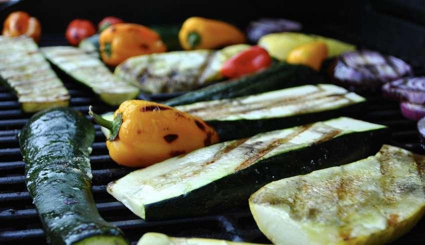 Запечённые овощи гриль на мангале под орехово-томатным соусом