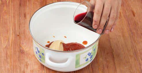 Добавляем вино и соевый соус
