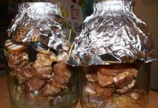Шашлык в духовке из свинины в банке на шпажках