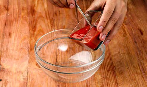 В емкость для маринада добавляем томат-пасту